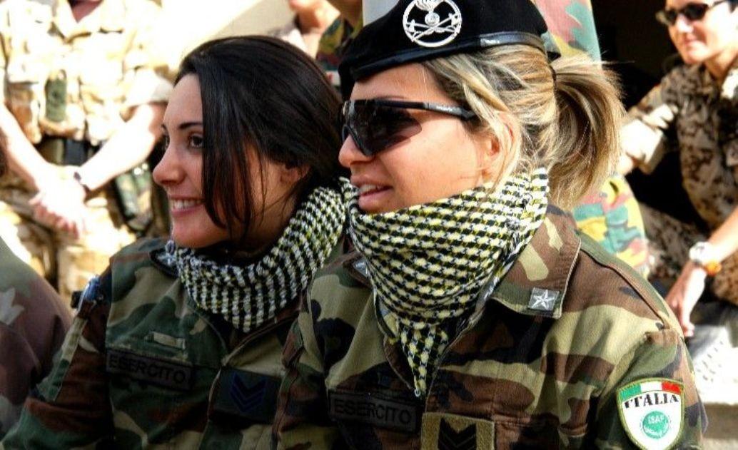 Красивые девушки со спины в военной форме фото 709-710